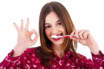 plaatje van vrouw die haar tanden poetst